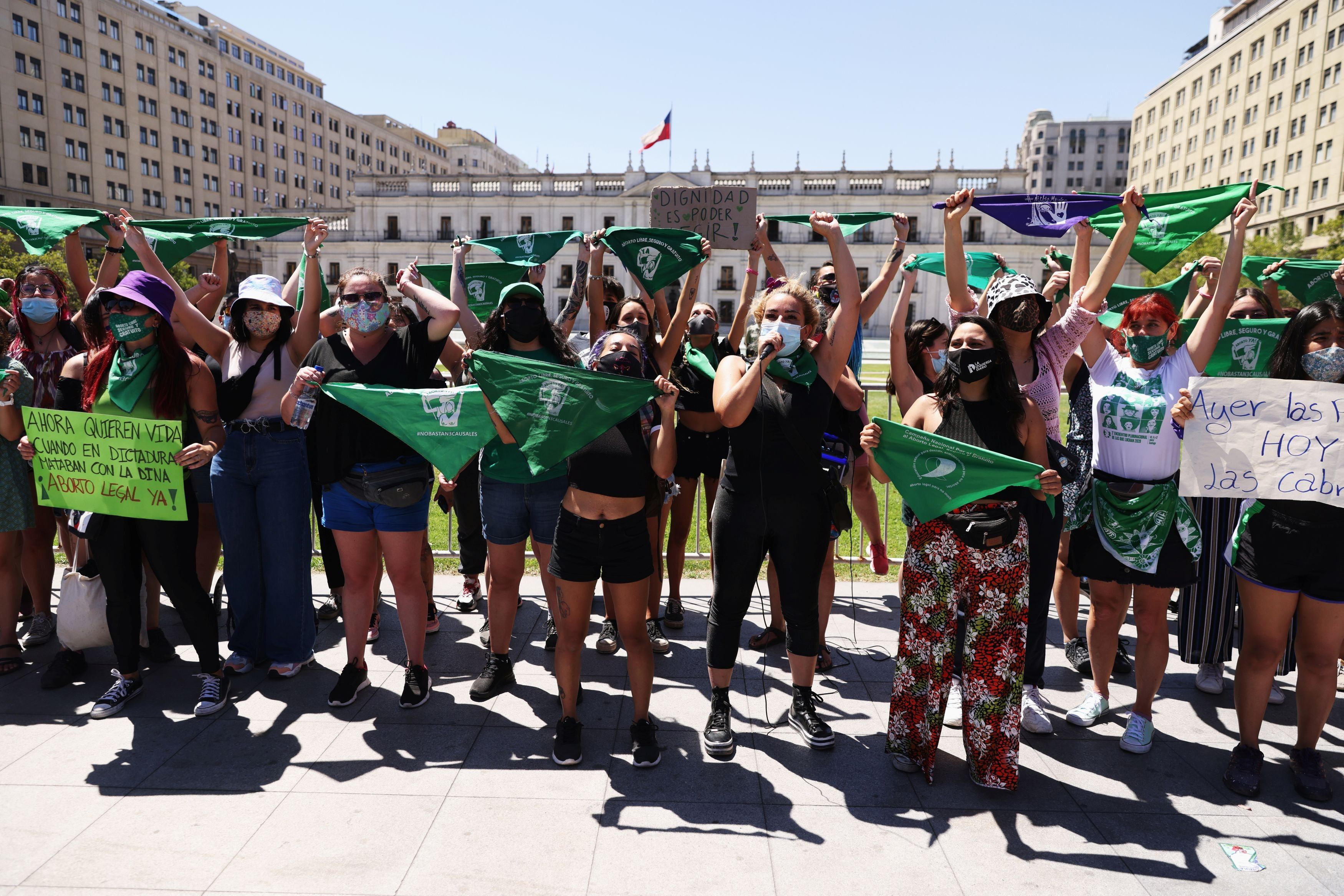 Activistas pro-aborto gritan consignas  mientras la cámara de diputados discute un proyecto de ley que despenaliza el aborto hasta la semana 14 de gestación, en Santiago de Chile