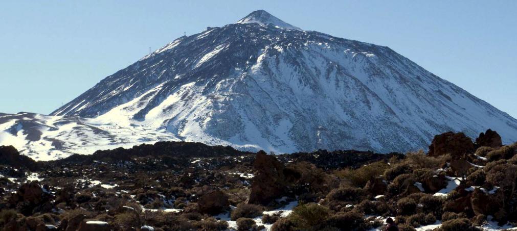 Vista de la nieve en el pico y el Parque Nacional del Teide