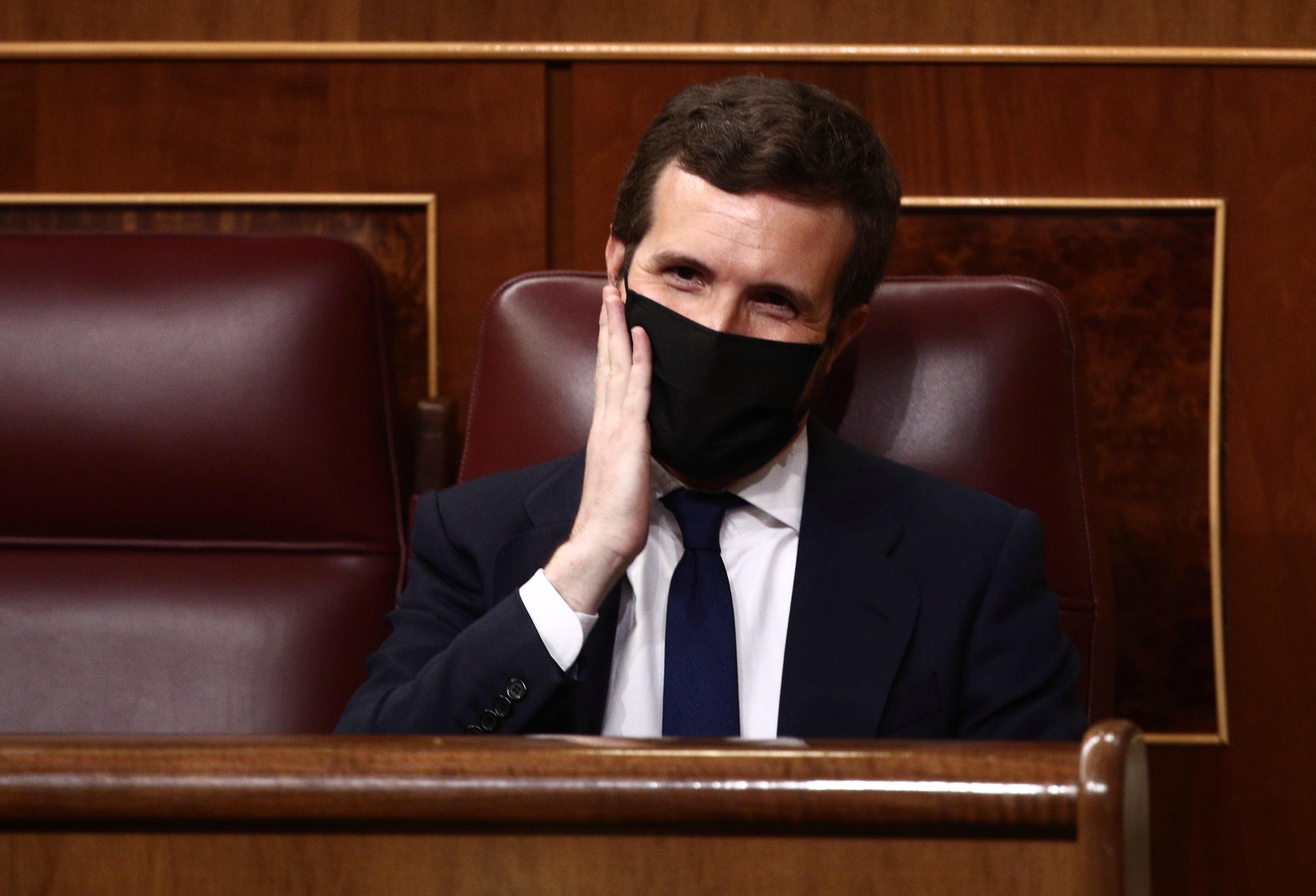 El líder del PP, Pablo Casado, hace un gesto en su cara durante la primera sesión de control al Gobierno de 2021