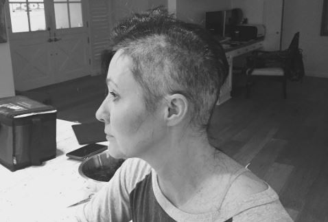 Shannen Doherty cortándose el pelo en  Instagram