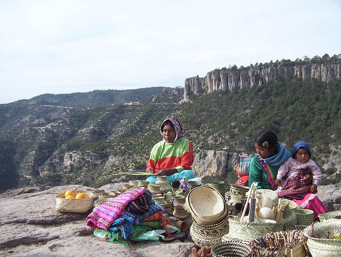 Mujeres tarahumara elaborando cestos de mimbre.