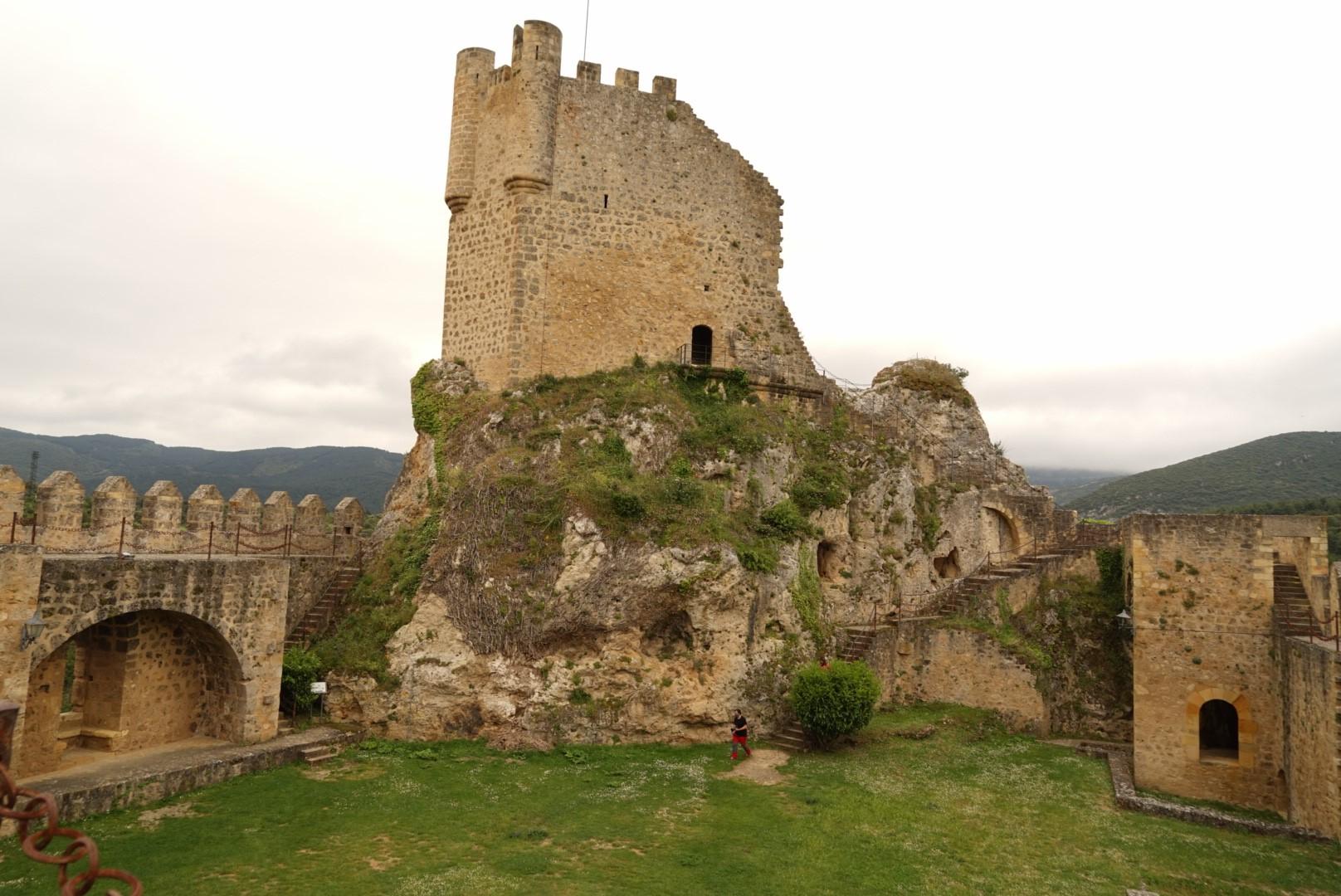 Vista de la torre del Castillo de Frías desde el interior de su patio de armas.