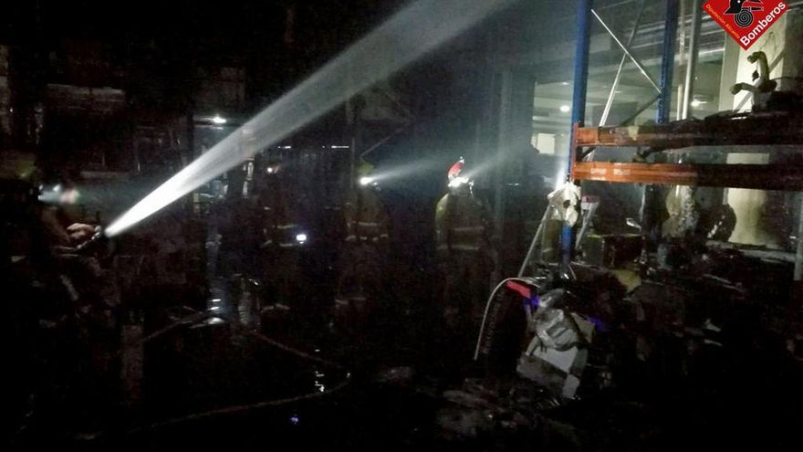 Sofocan un fuego en el almacén de un centro comercial de Ondara (Alicante), sin heridos