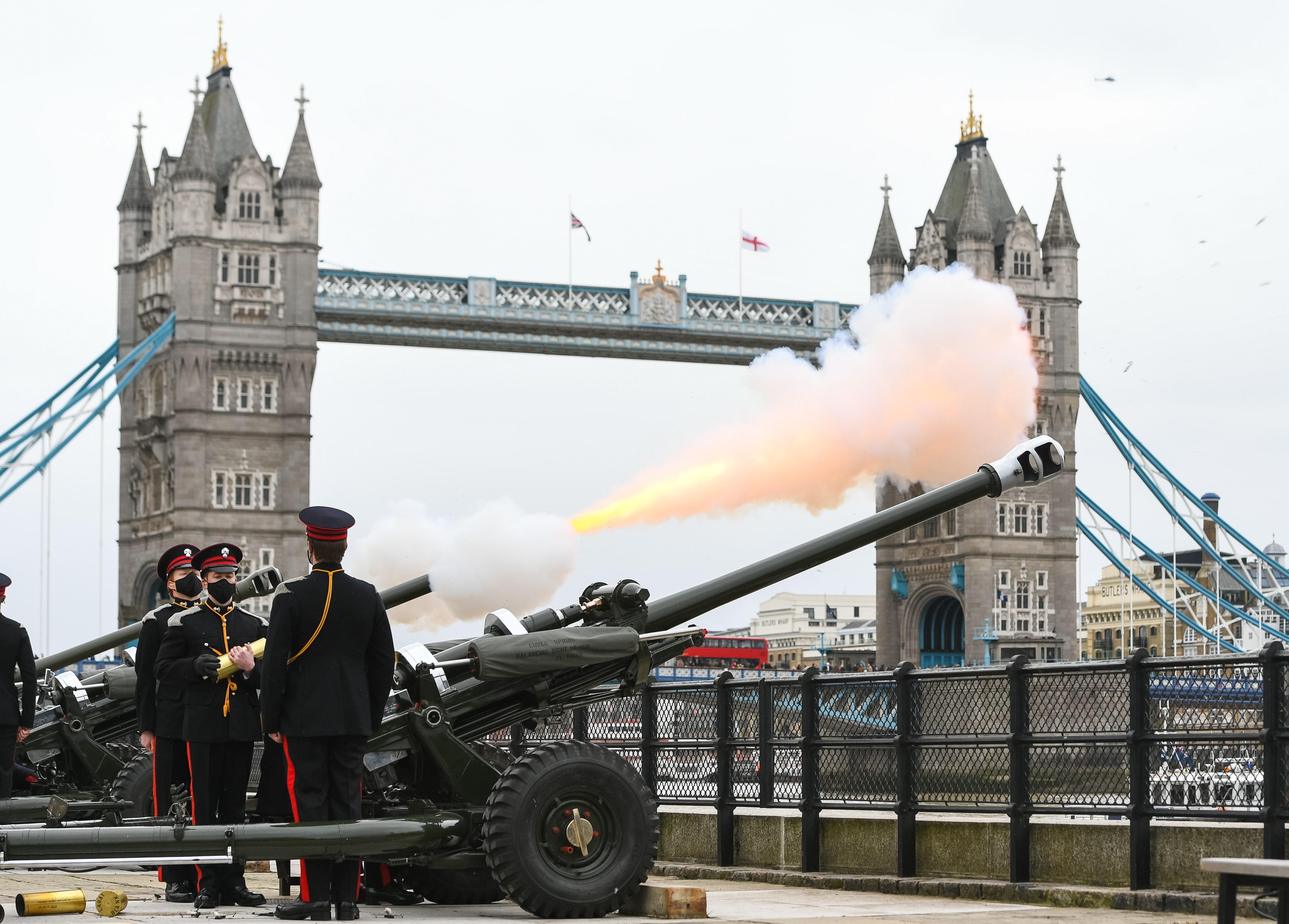 Reino Unido rinde tributo al príncipe Felipe con 41 salvas de cañón