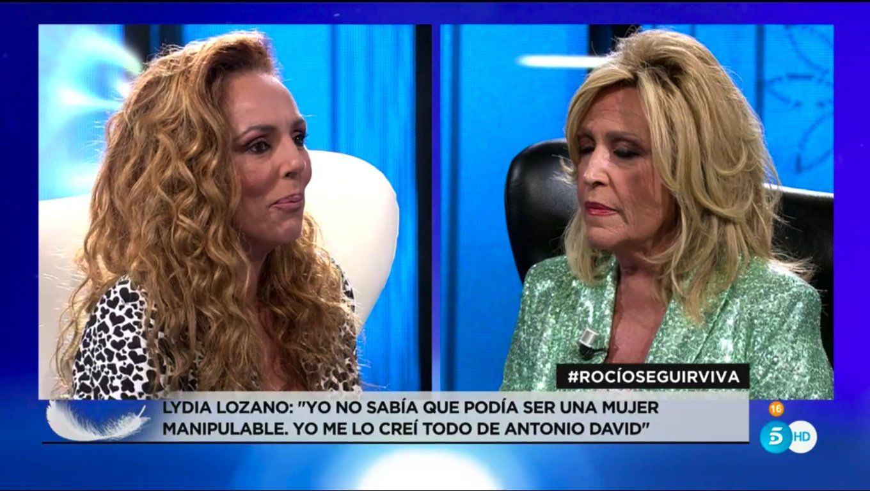 Lydia Lozano y Rocío Carrasco en el plató de Telecinco