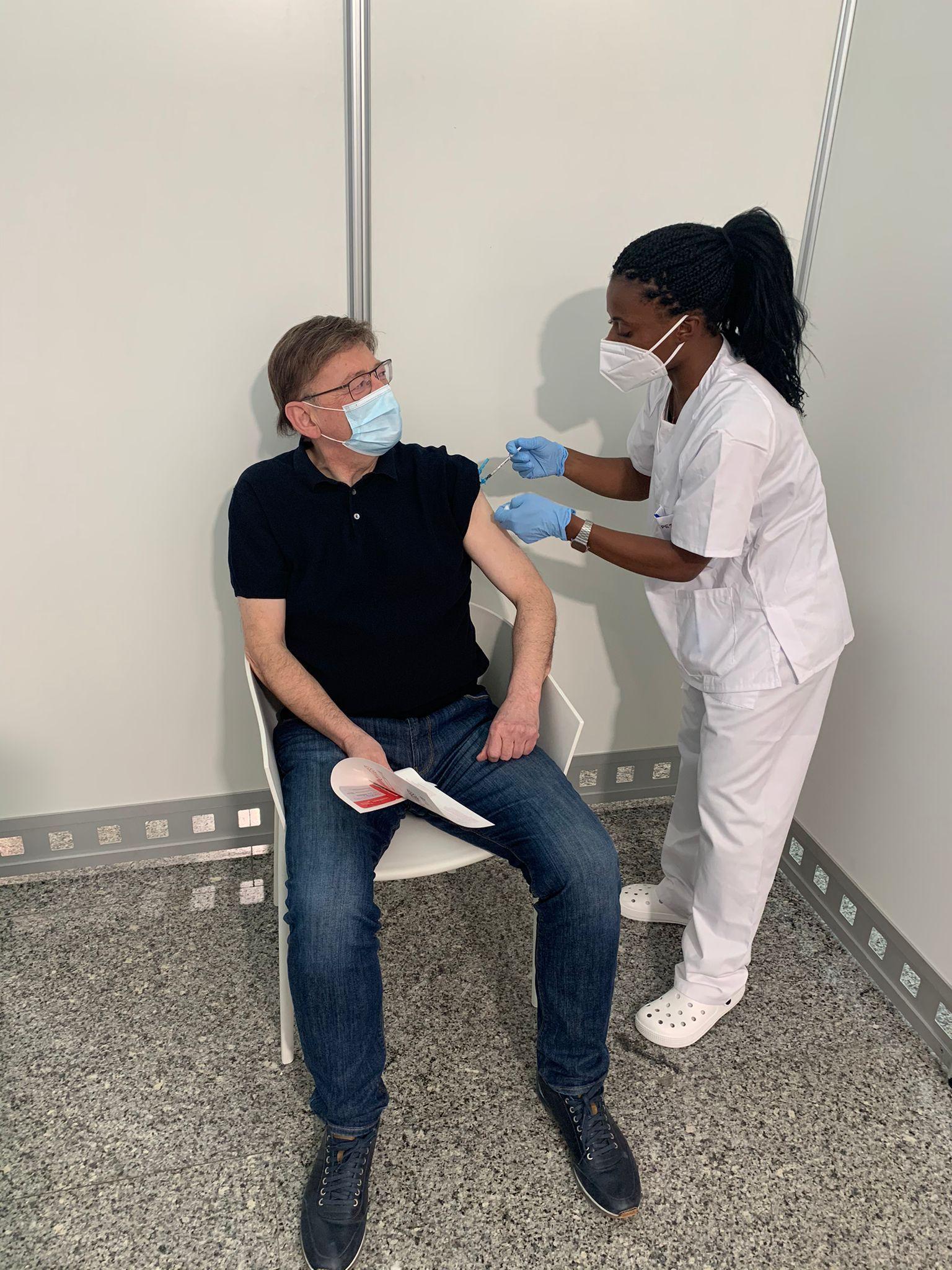 El presidente Puig, vacunado con la primera dosis de AstraZeneca