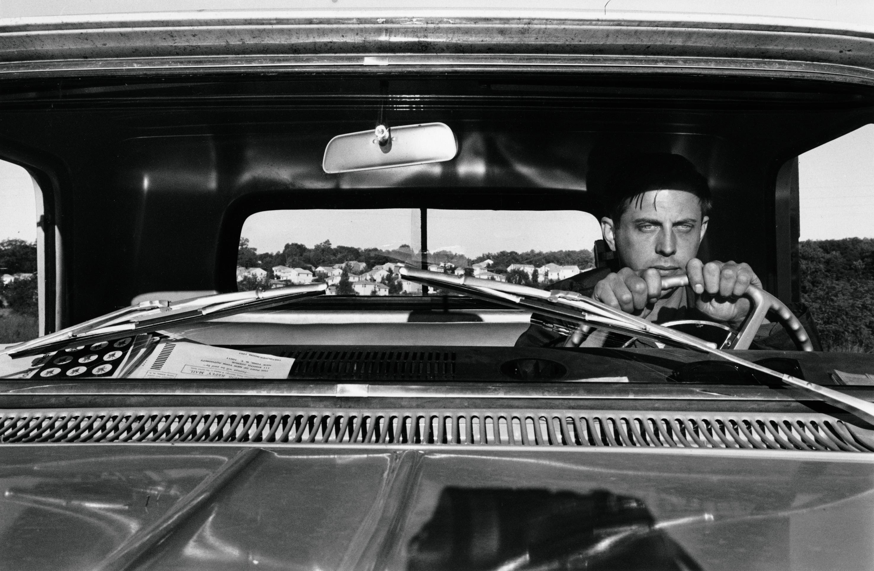 Autorretrato del fotógrafo en su coche