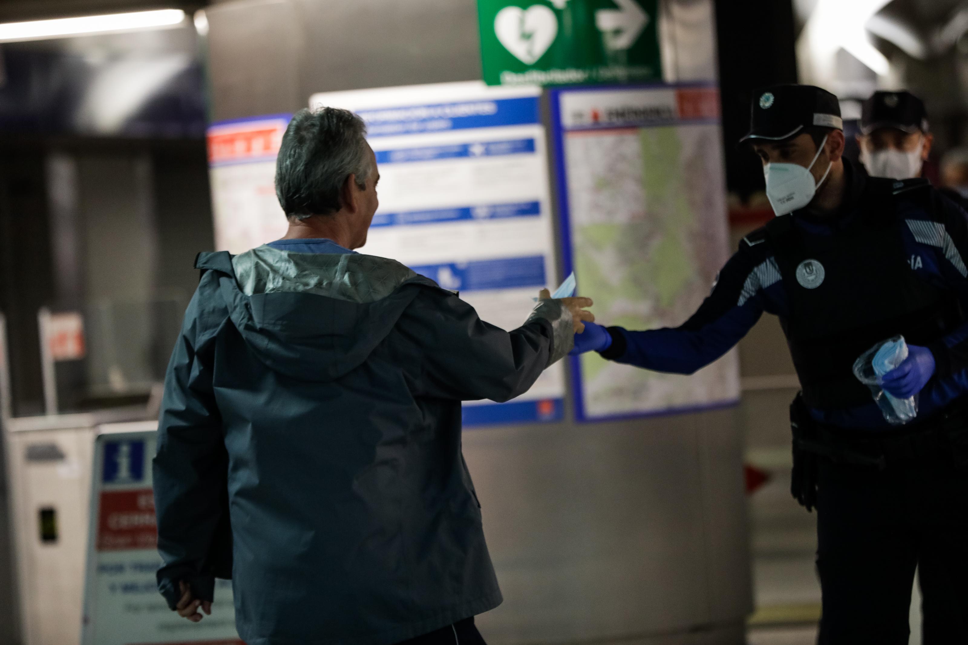 Mañana comienzan las multas en Madrid por ir sin mascarilla en transporte público: mínimo 600 euros