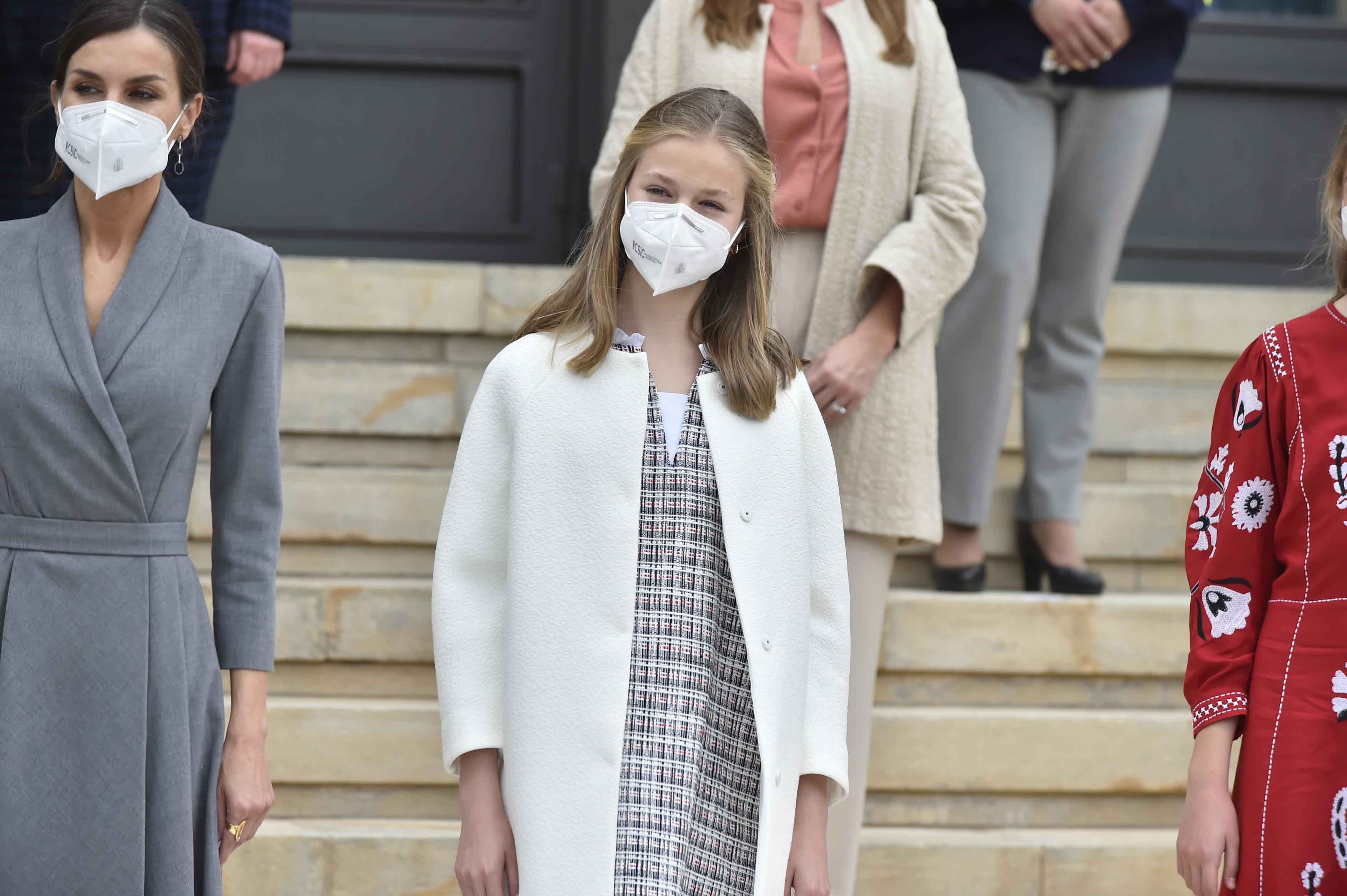 La Reina Letizia y la Princesa Leonor posan durante su visita al astillero de Navintia, a 22 de abril de 2021 en Cartagena, Murcia (España).