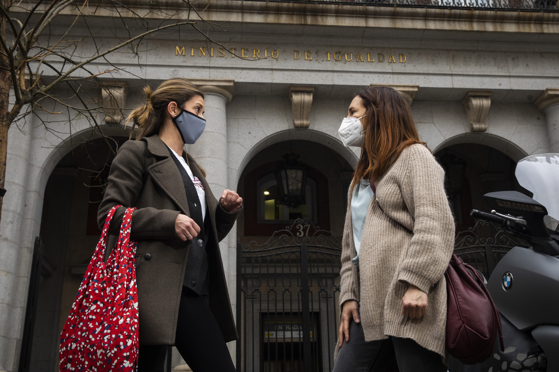 Reportaje de mujeres en el paro frente al Ministerio de Igualdad. Fotos a Maria Paramio y Vanesa Pérez.