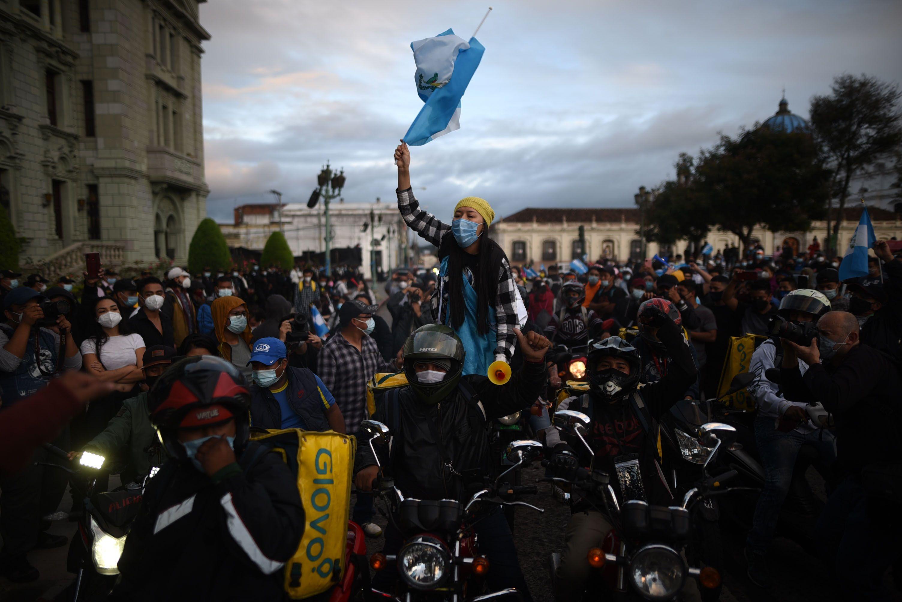 GU7010. CIUDAD DE GUATEMALA (GUATEMALA), 22/11/2020.- Manifestantes protestan hoy, domingo, en Ciudad de Guatemala. Cientos de guatemaltecos volvieron a manifestarse en contra del Gobierno del presidente local, Alejandro Giammattei, tal y como lo hicieron miles de personas el sábado en una multitudinaria protesta por la aprobación del presupuesto para 2021. EFE/Edwin Bercían
