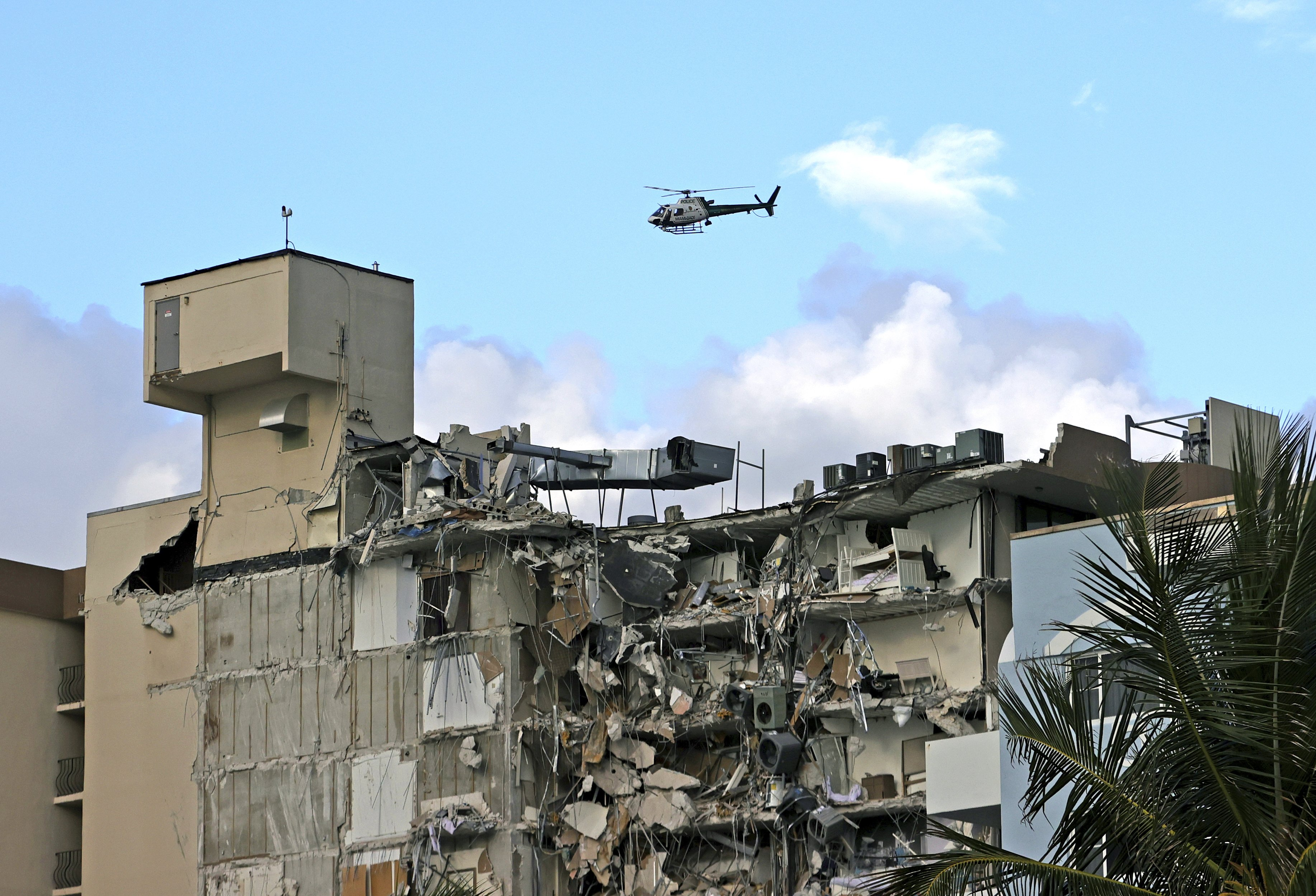 Un helicóptero de la Policía de Miami-Dade Police sobrevuela el edificio siniestrado