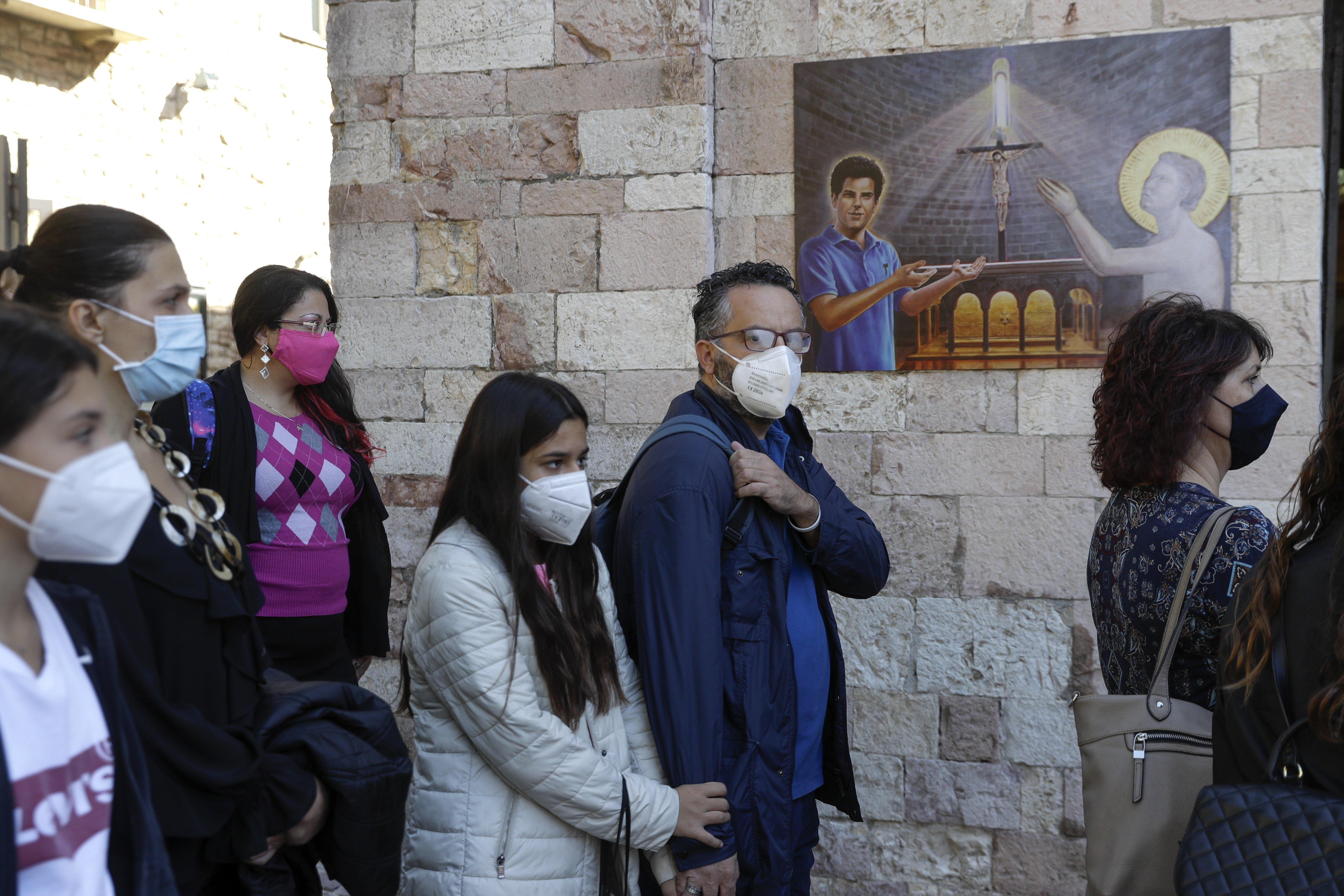 Gente acude a la basílica de Asis para rendir tributo a Carlo Acutis, que ha sido beatificado