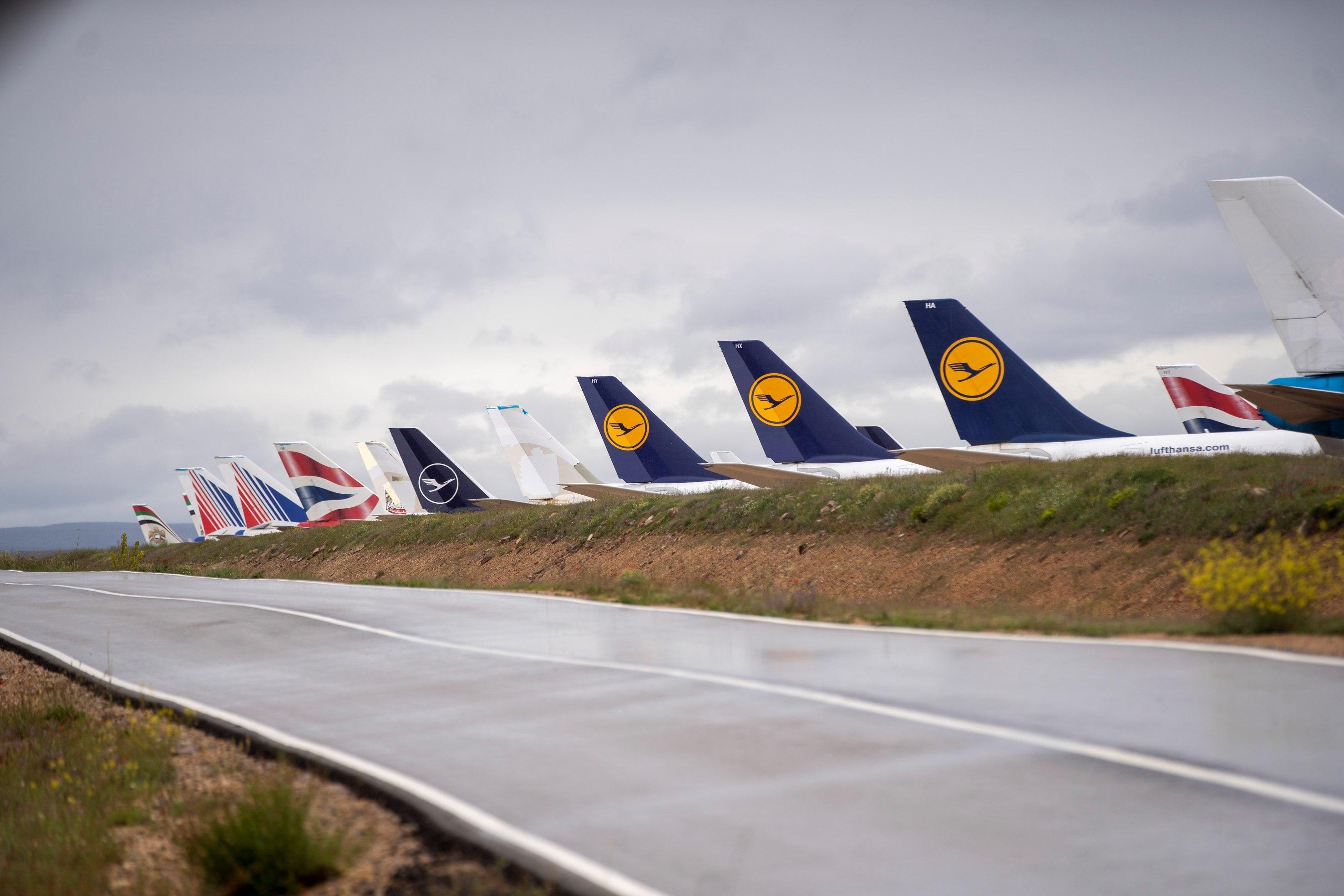 Colas de aviones de diferentes aerolíneas internacionales estacionados en Teruel