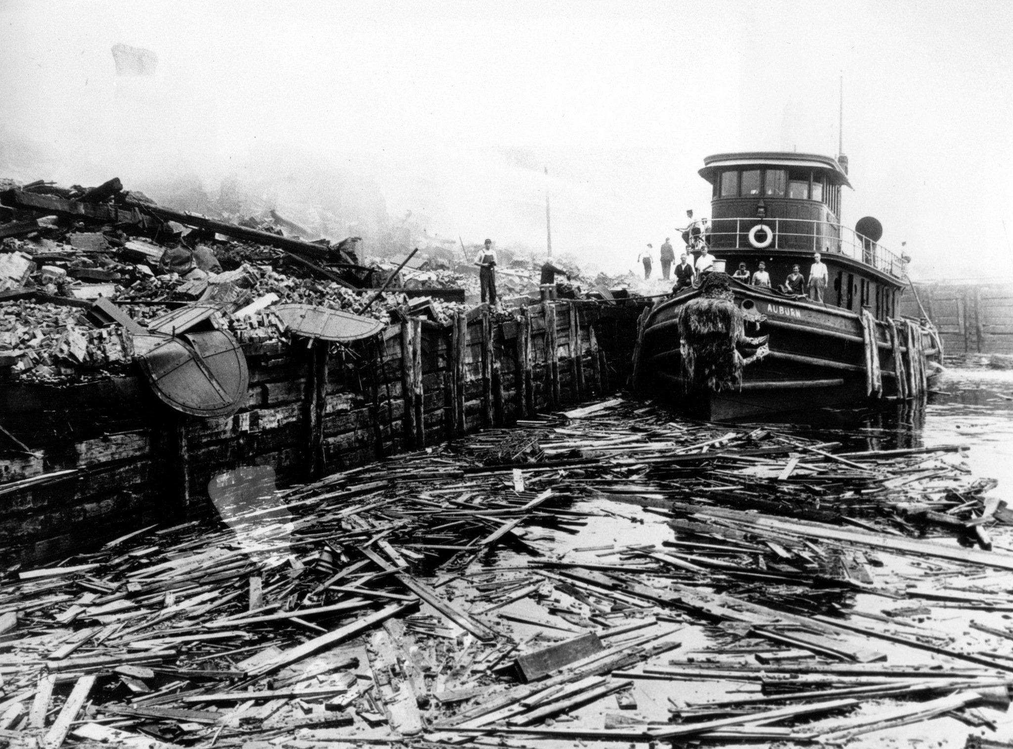 Barco recogiendo escombros de la explosión de la Isla Black Tom