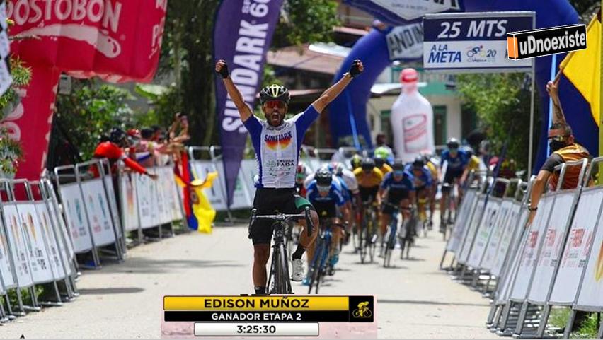 El ciclista que se cae al levantar los brazos para celebrar un triunfo
