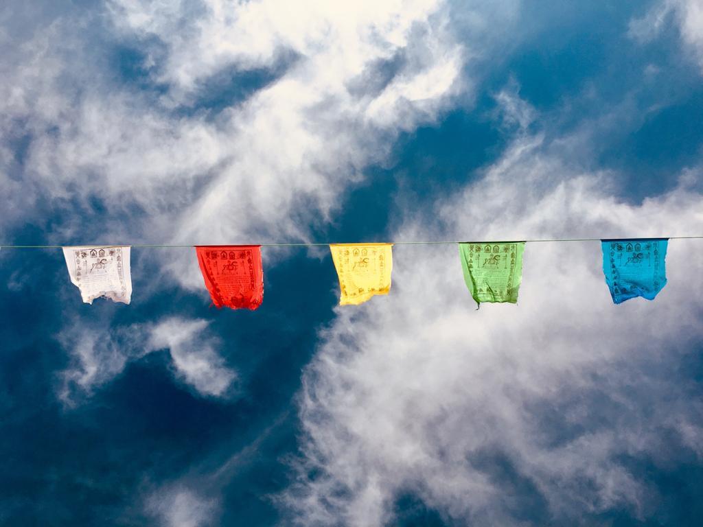 Banderas de plegaria en el templo.