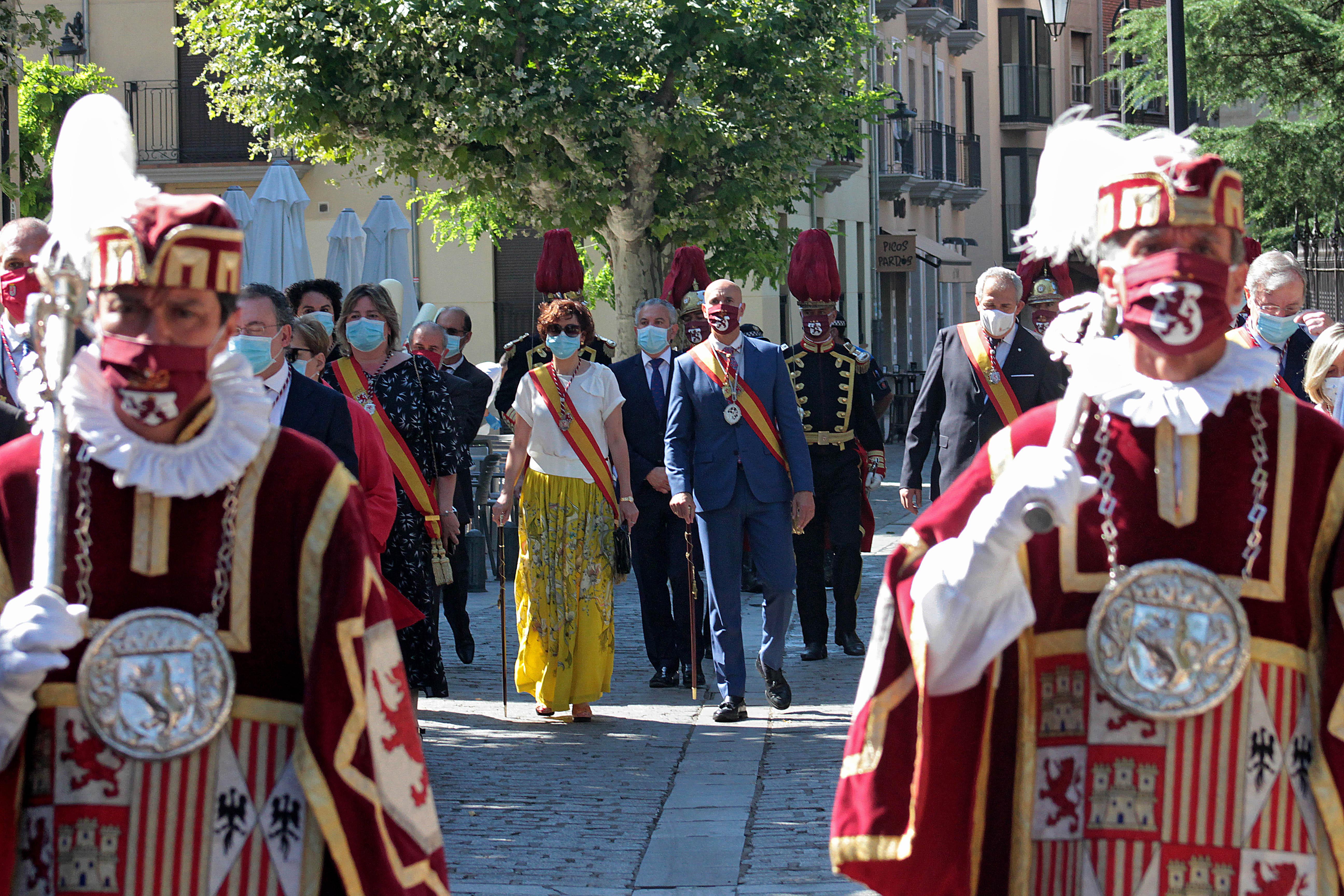 Celebración de Las Cabezadas; en la imagen, la Corporación Municipal sale en comitiva desde la plaza San Marcelo para dirigirse al atrio de San Isidoro