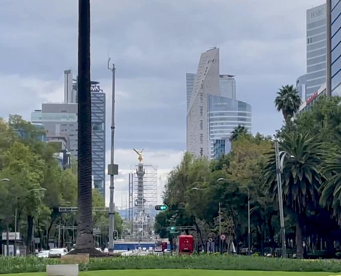 El Paseo de la Reforma actualmente en la Ciudad de México, con el Ángel de la Independencia al fondo