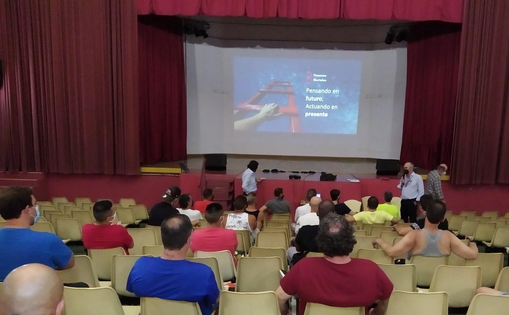 Una de las sesiones impartidas del taller de Educación Financiera impulsado por Banco Santander en el centro penitenciario de Picassent (Valencia).