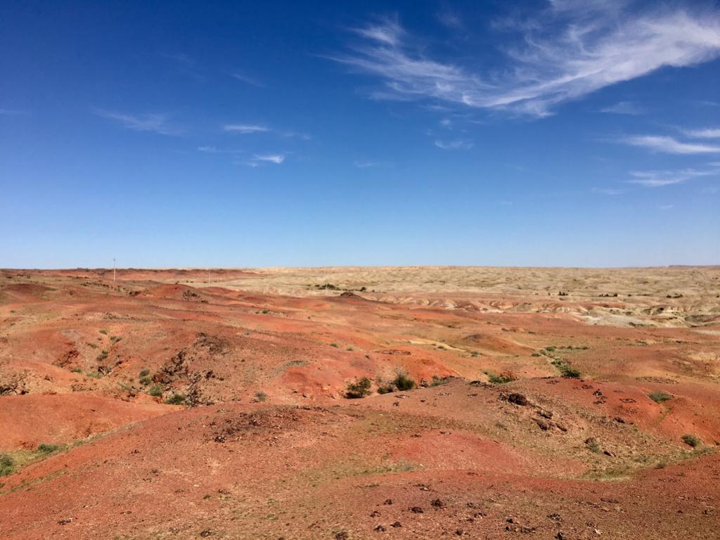 Vistas del desierto que rodea el centro de energía de Khamar.