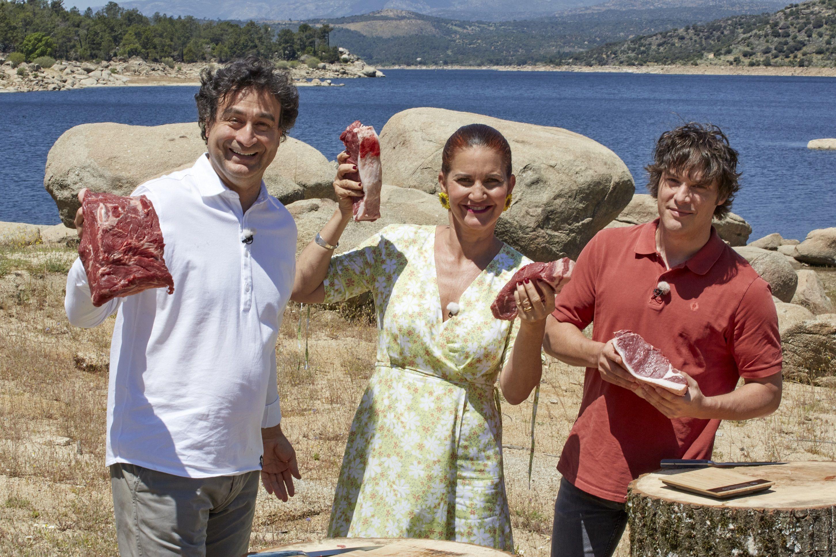 Los chefs Pepe Rodríguez, Samantha Vallejo-Nájera y Jordi Cruz muestran varios trozos de carne de Ávila