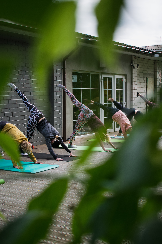 En la imagen, varias mujeres practicando yoga.