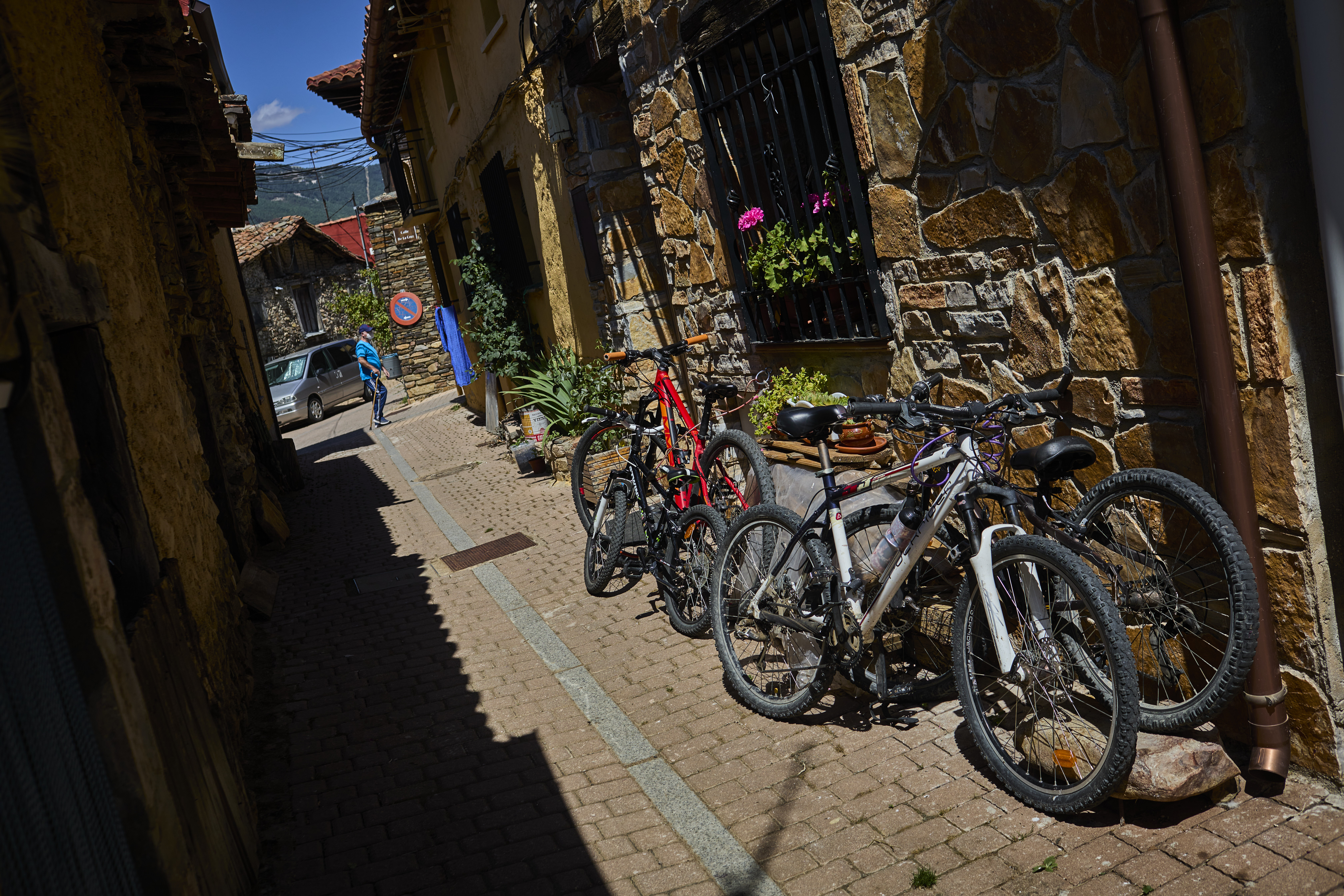 Los más jóvenes aprovechan para ir en bici por senderos cercanos al pueblo