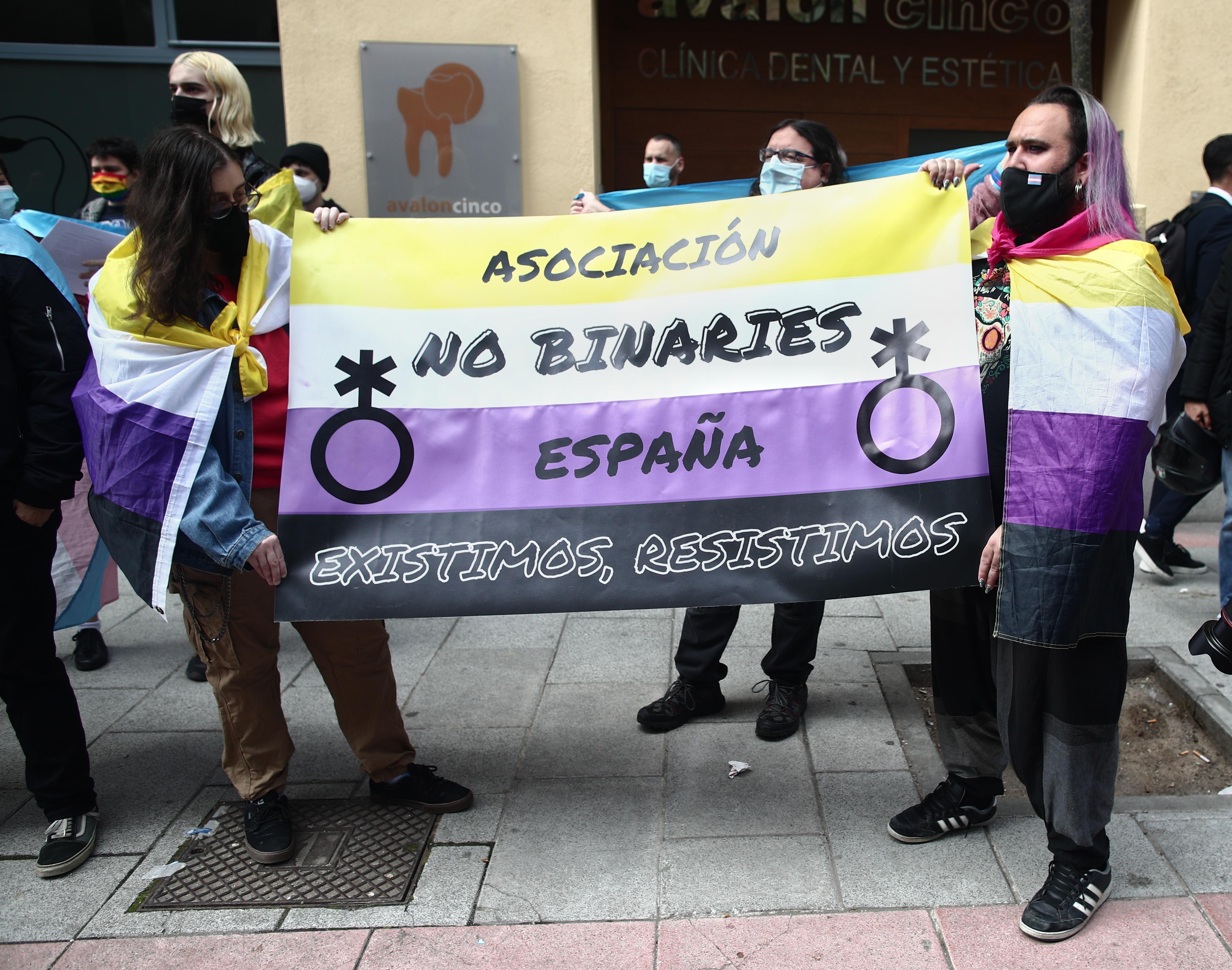 Colectivos no binarios protestan frente a la sede del PSOE en Madrid el pasado abril de 2021.