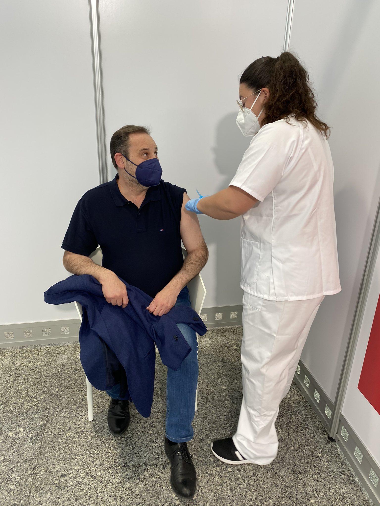 El ministro Ábalos recibe la vacuna de AstraZeneca en València