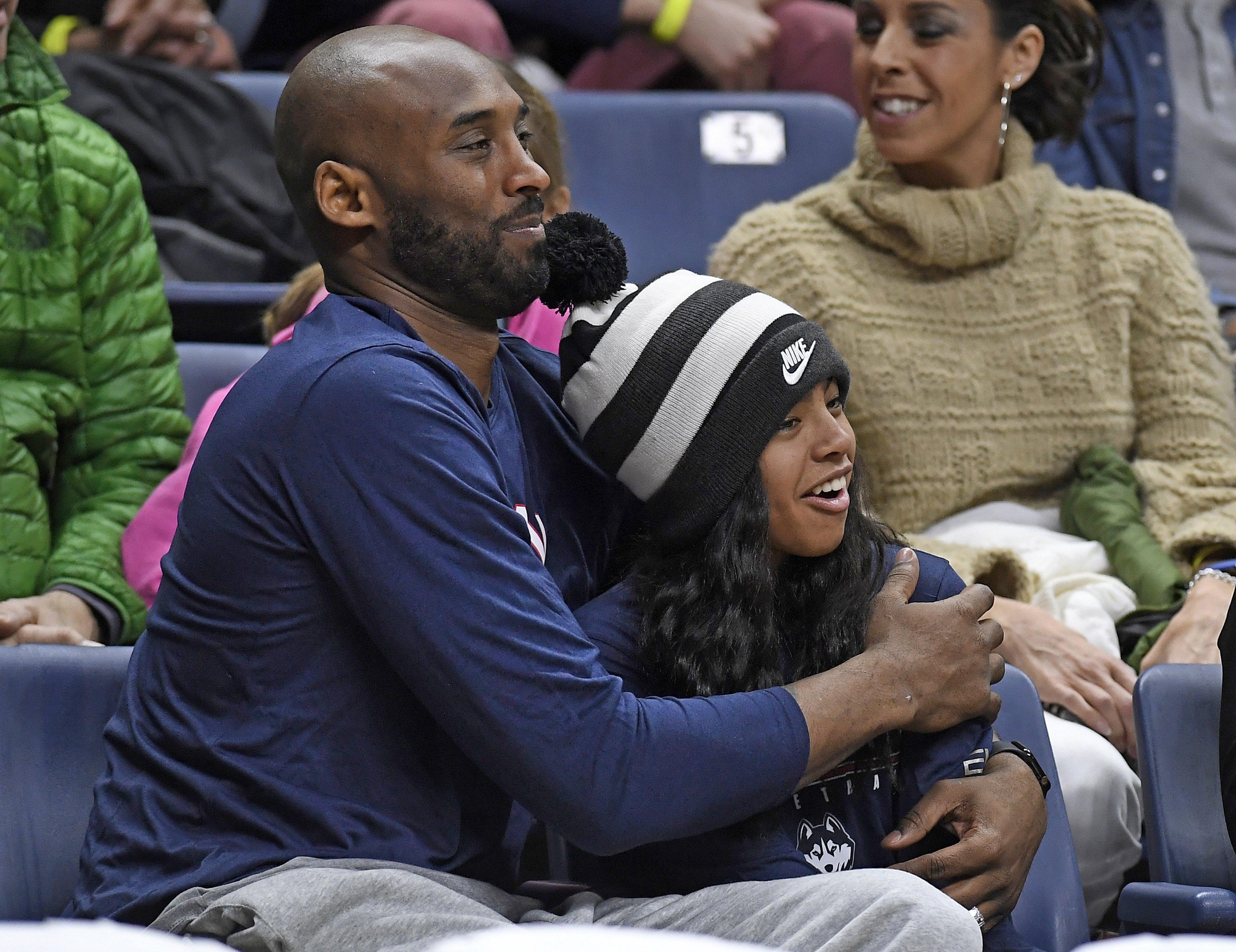 Kobe Bryant y su hija Gianna, también fallecida, en un partido de baloncesto