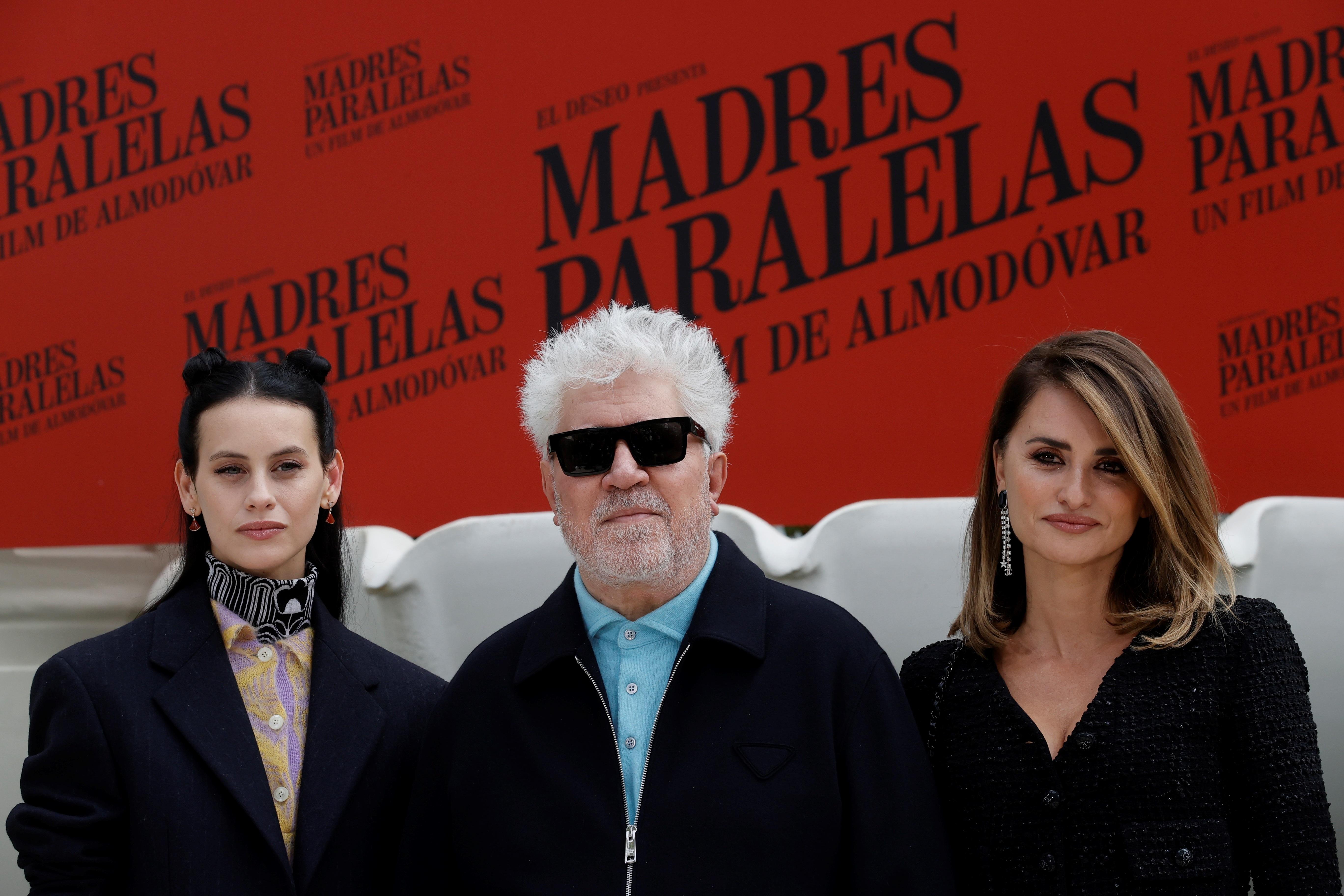 El director de cine Pedro Almodóvar (c) posa con las actrices Penélope Cruz (d) y Milena Smit (i) durante la presentación de 'Madres paralelas' en el Hotel Ritz de Madrid este lunes.