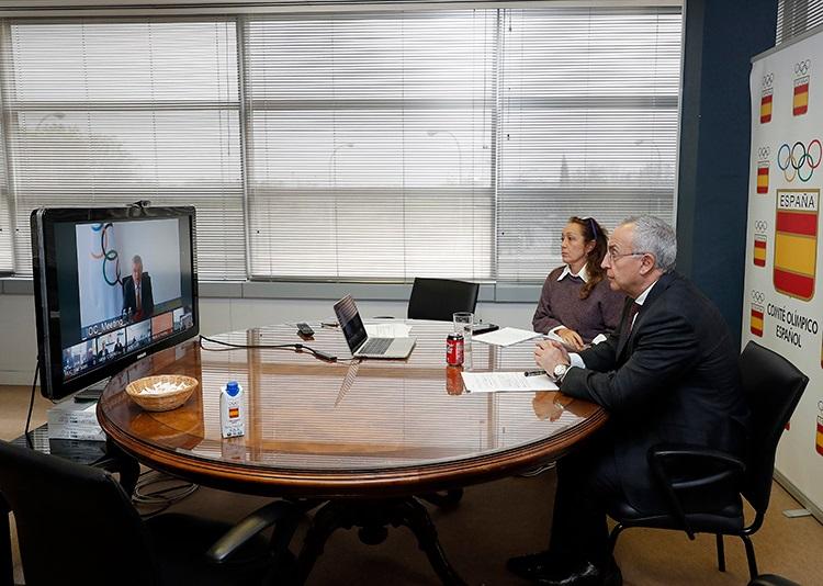 Alejandro Blanco junto a Victoria Cabezas escuchan a Thomas Bach en la sede del COE
