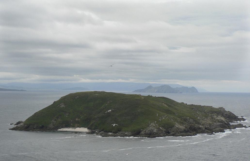 La isla de Onza con el archipiélago de las Cíes al fondo, parte del Parque de las Islas Atlánticas