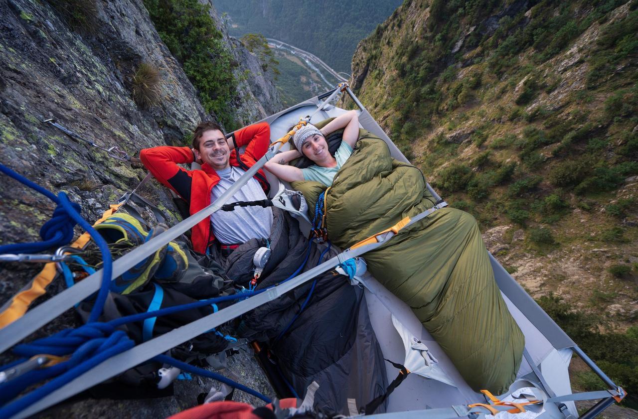 Ils passent une nuit à flanc de falaise, à 400 mètres du sol !