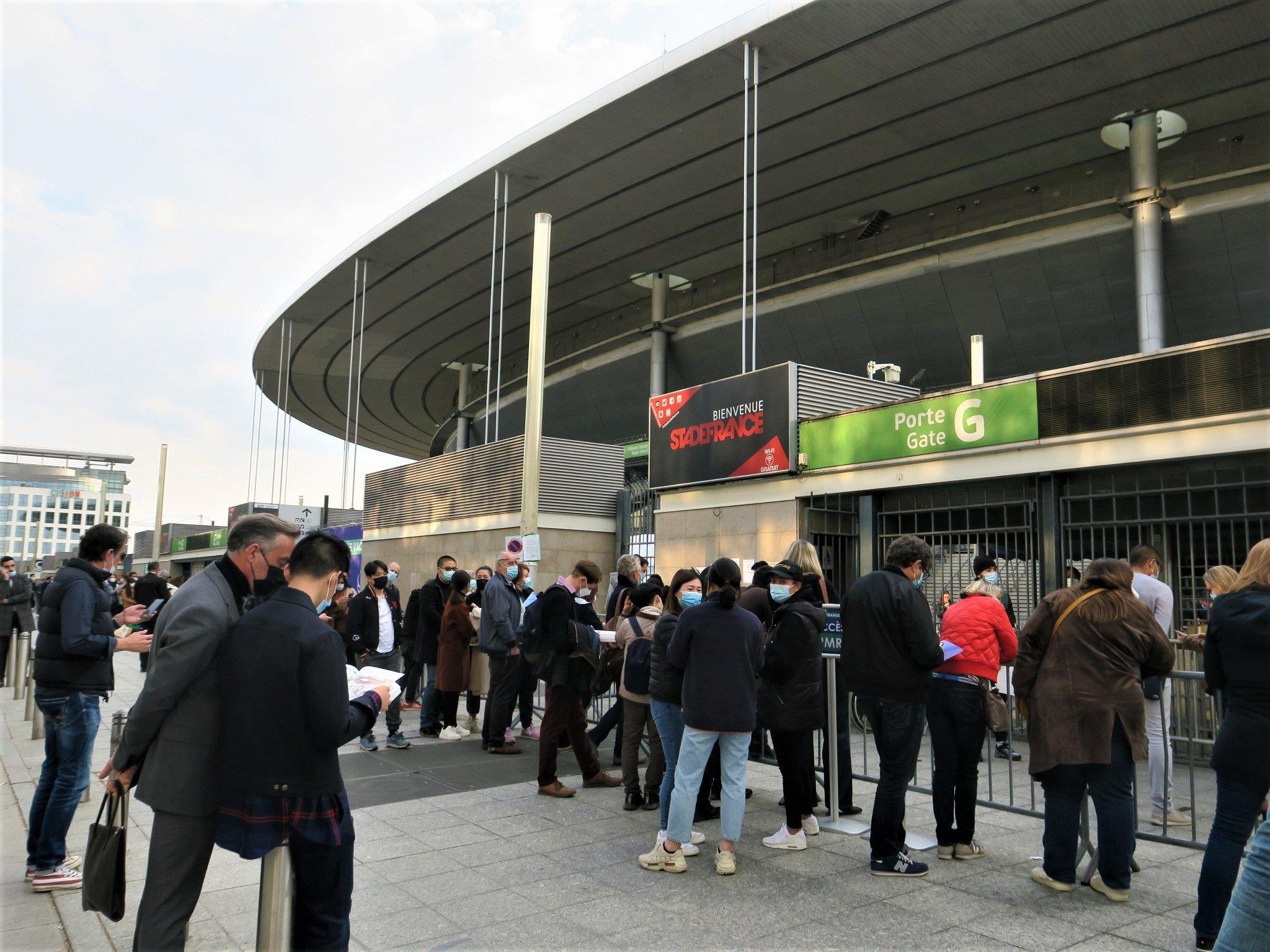 Covid-19 : devant le Stade de France, chaque soir, ils tentent leur chance pour se faire vacciner