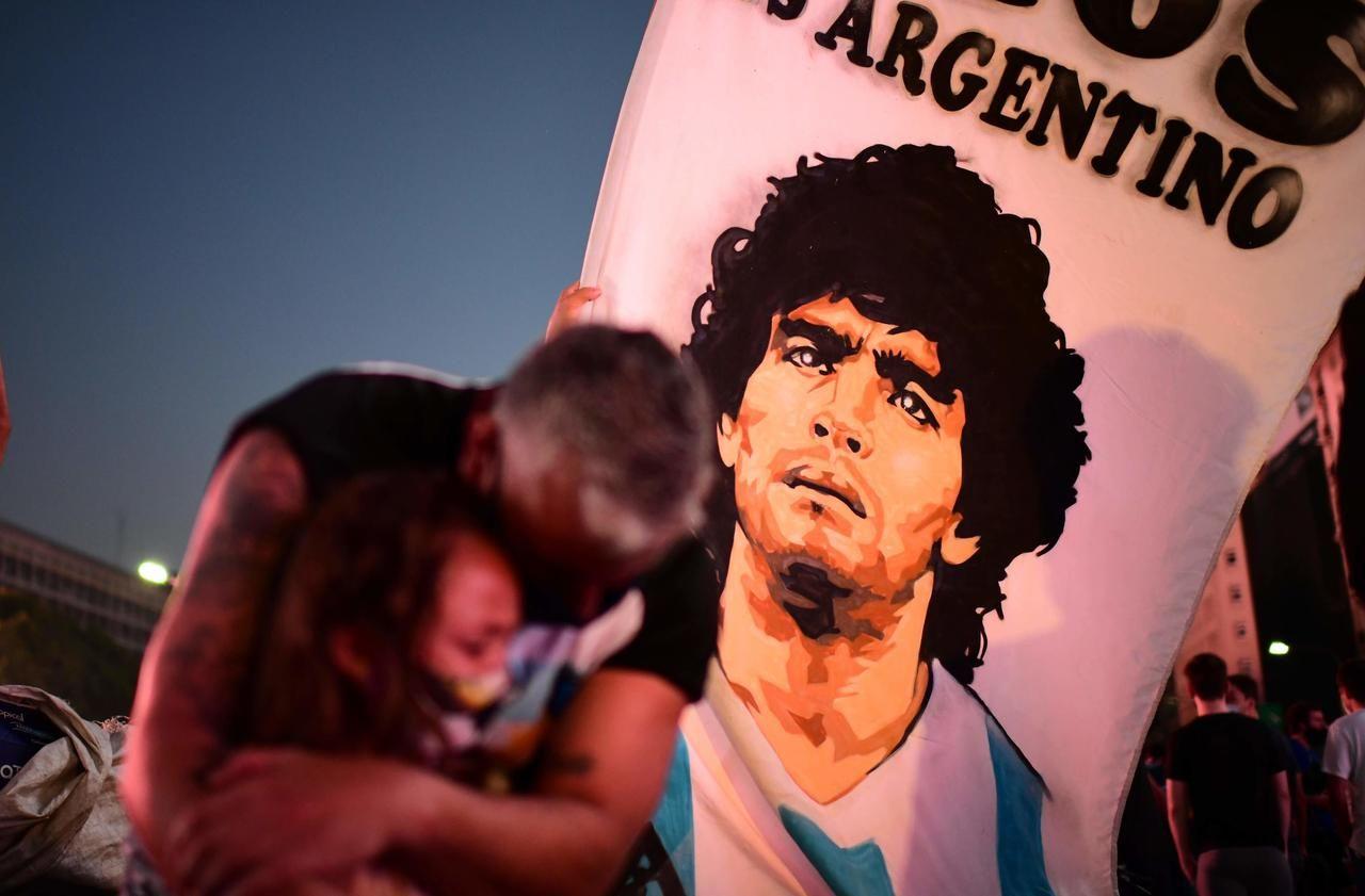 Diego Maradona a agonisé plusieurs heures avant de mourir, fustigent des experts
