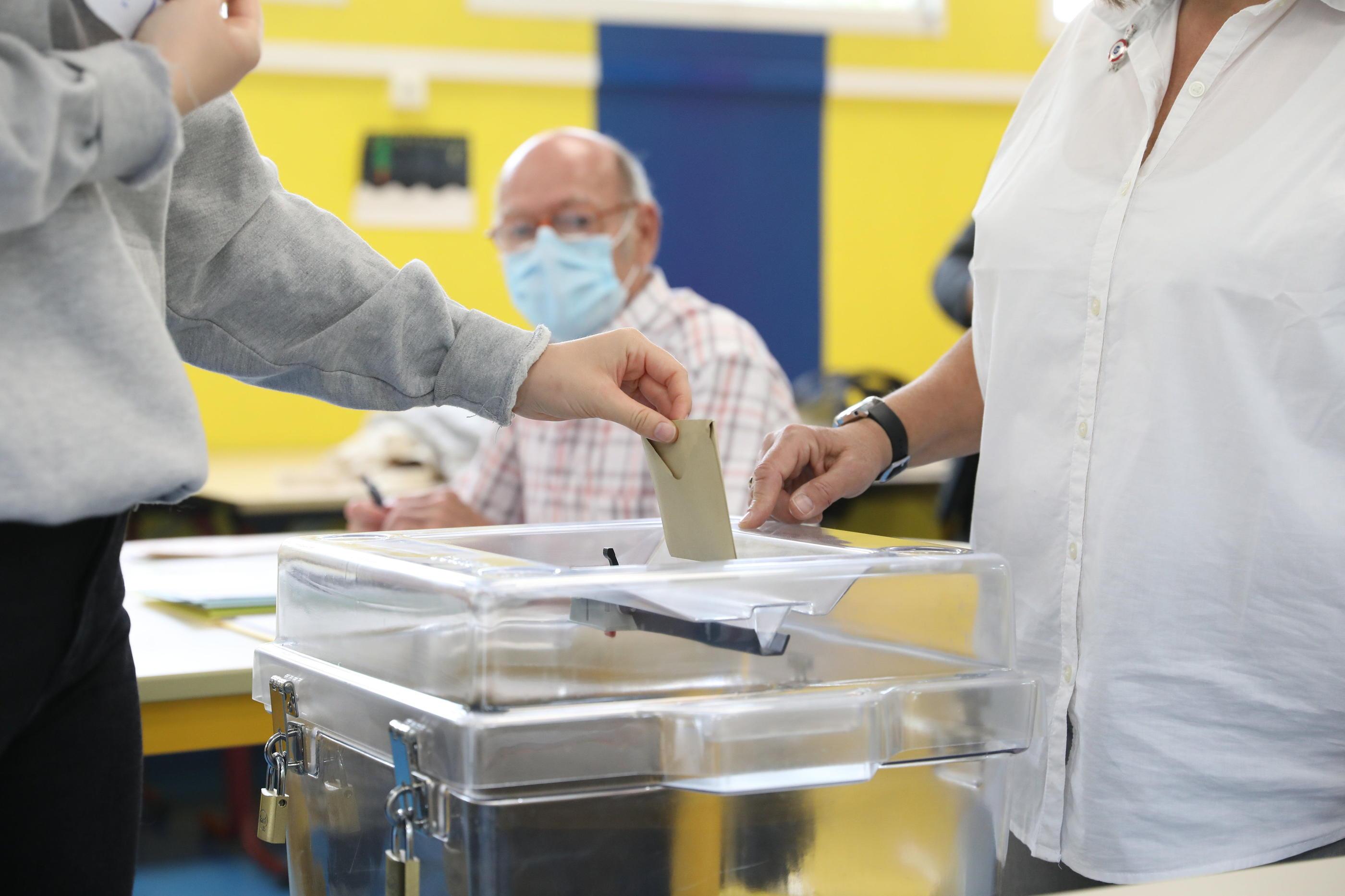 Maintien ou report des élections régionales : mais à quoi joue le gouvernement?