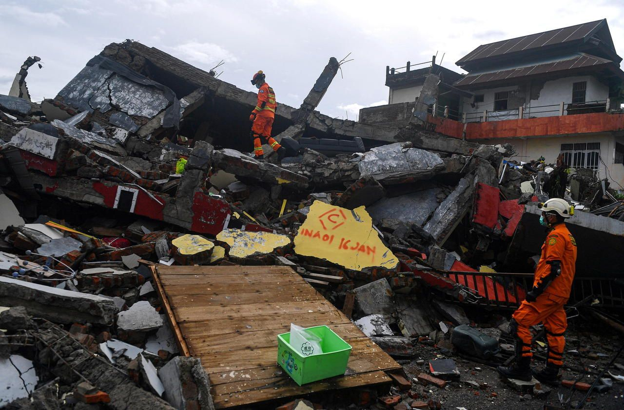 Séisme en Indonésie : «Oui je suis vivant !», les sauveteurs retrouvent une dizaine de rescapés