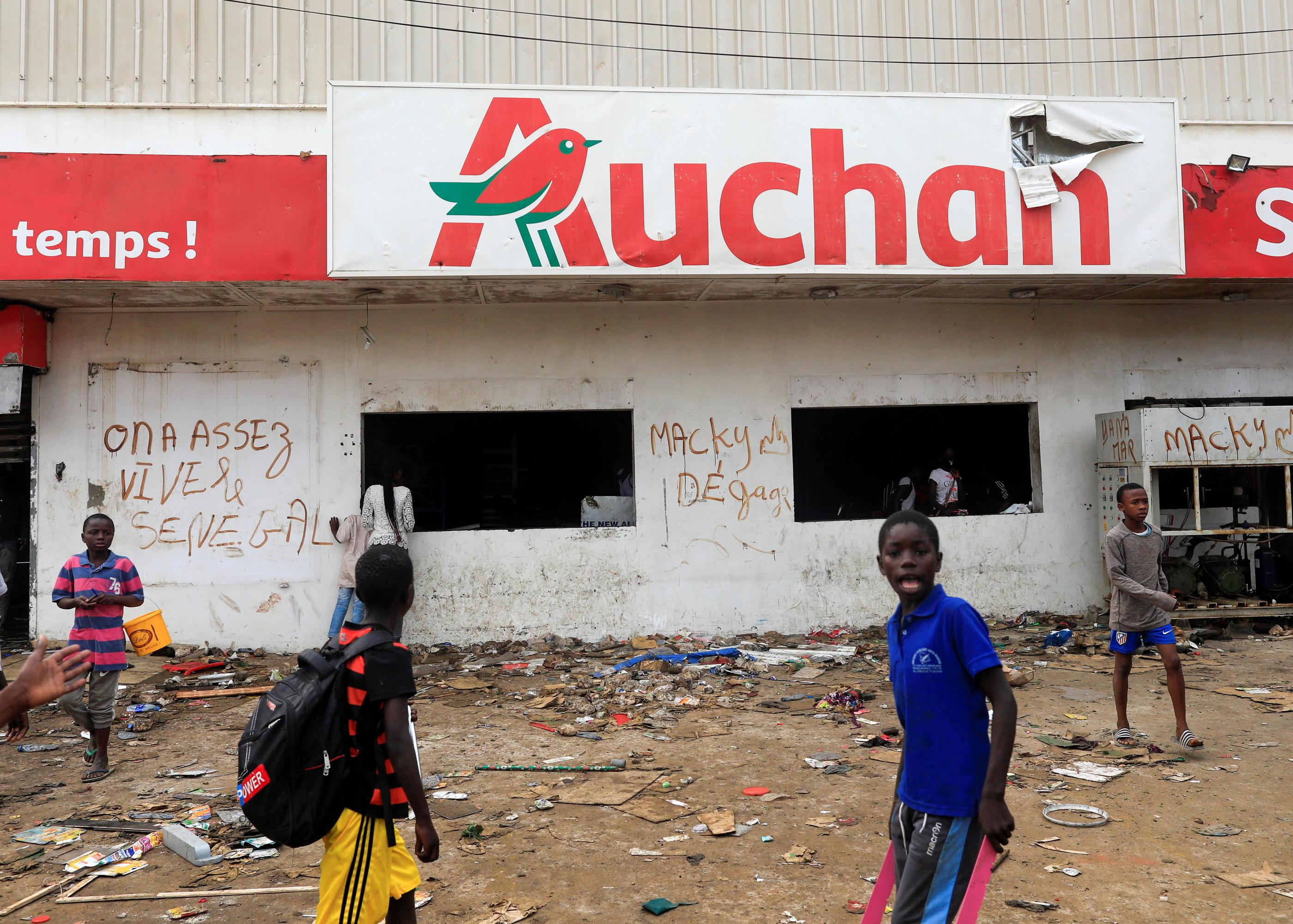 Sénégal : des entreprises françaises attaquées, d'autres contraintes de fermer