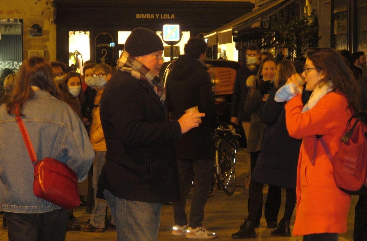 «On va juste commencer à boire plus tôt» : à Paris, dernier apéro avant le couvre-feu à 18 heures