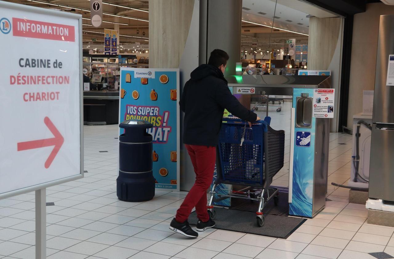Les clients du Leclerc d'Ifs ont adopté le portique de désinfection des chariots