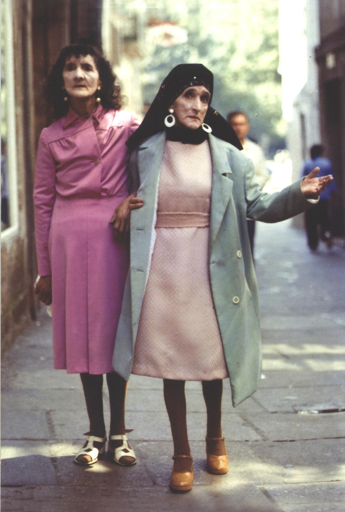 Coralia y Maruxa Fandiño, 'Las Marías', pasean por Santiago de Compostela en 1961 en una imagen atribuida a Xosé Guitián.