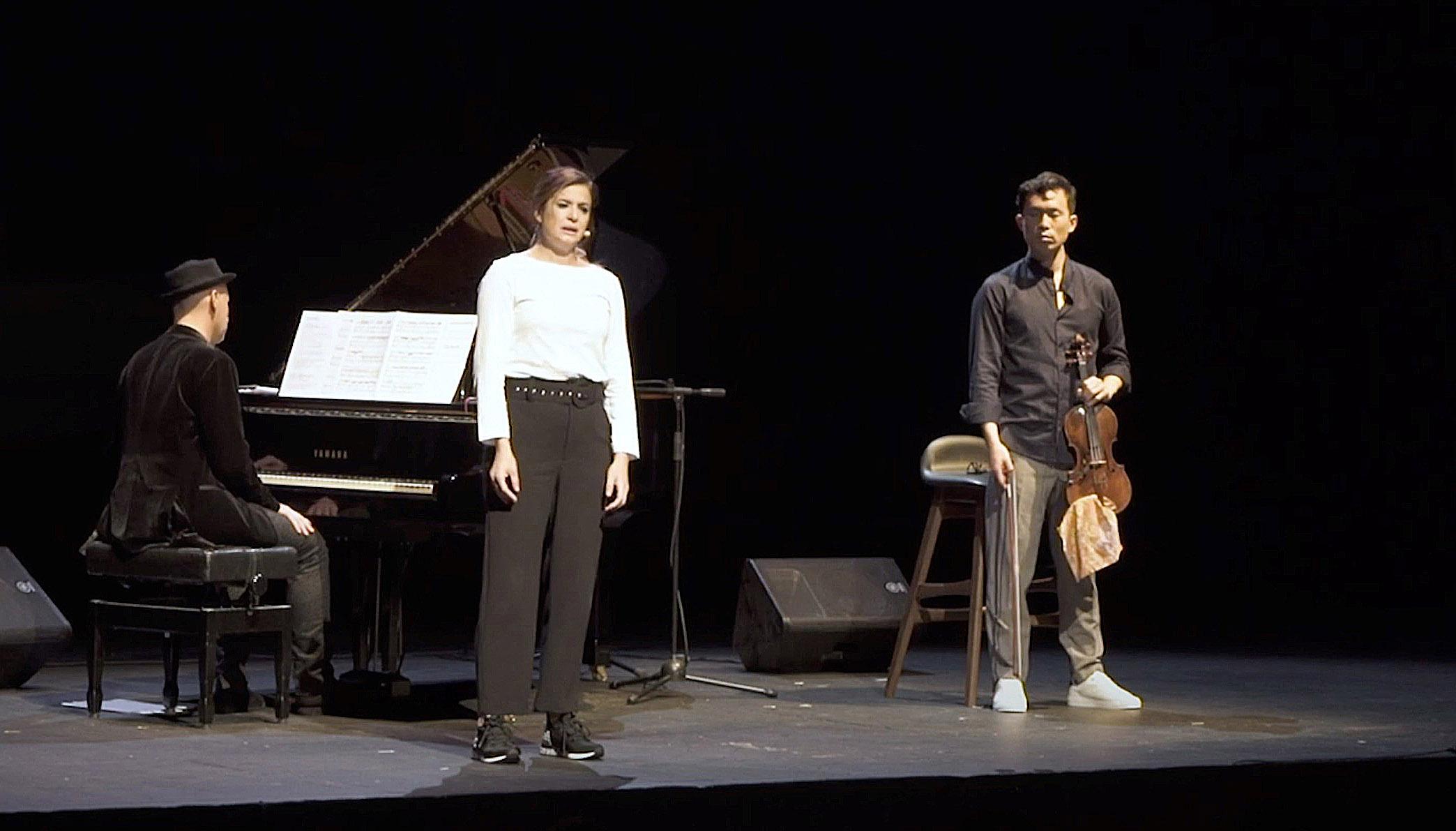 Obra en el teatro Kamikaze. la obra de teatro 'Yo soy el que soy': El del violín es Aaron Lee, la actriz es Verónica Roldán y el pianista es Gaby Goldman