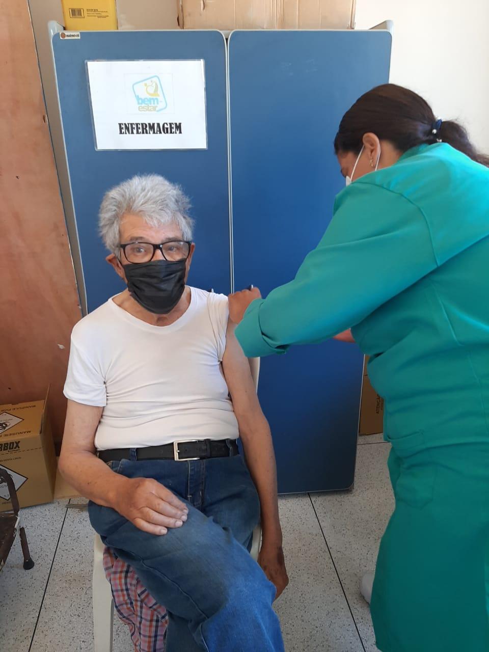 Colunista Juan Arias foi vacinado contra a covid-19 no município de Saquarema, na região dos Lagos no Rio de Janeiro.