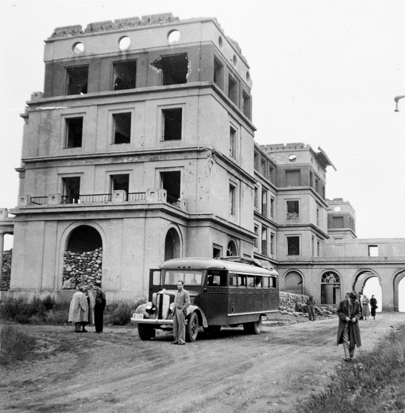 Group of tourists on national routes in Oviedo in 1938.