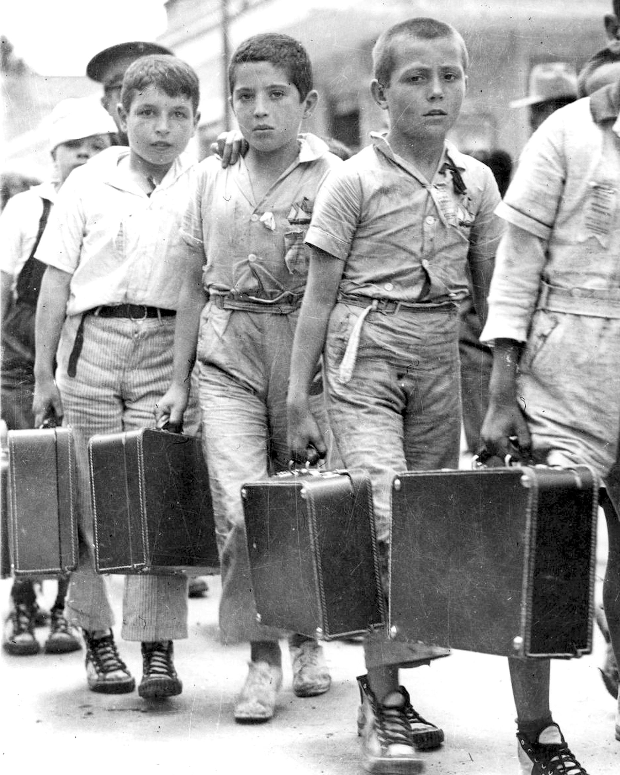 Spanish children, children of Republicans, go into exile in 1939.