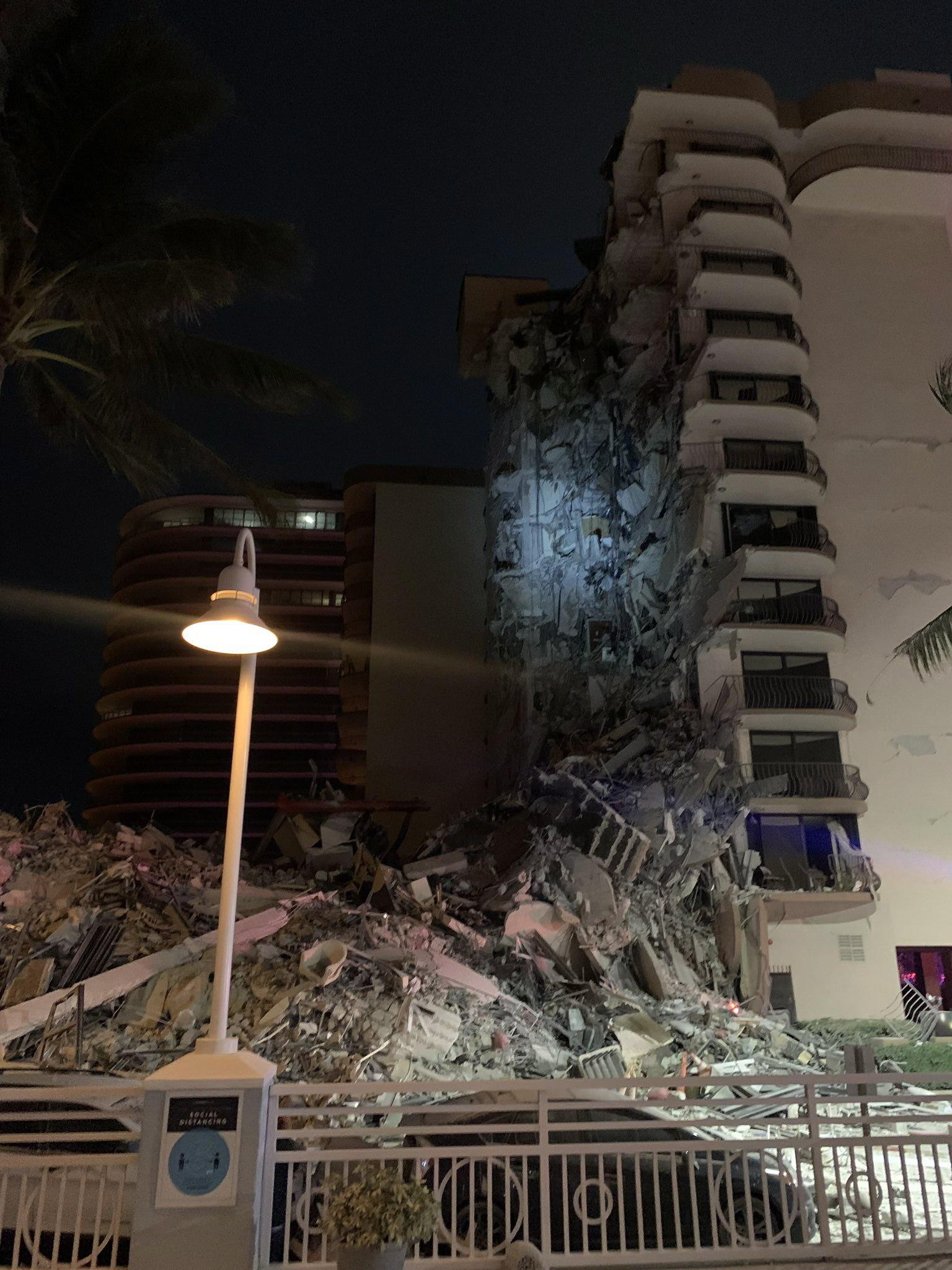 Un gran edificio de apartamentos se derrumba en Miami