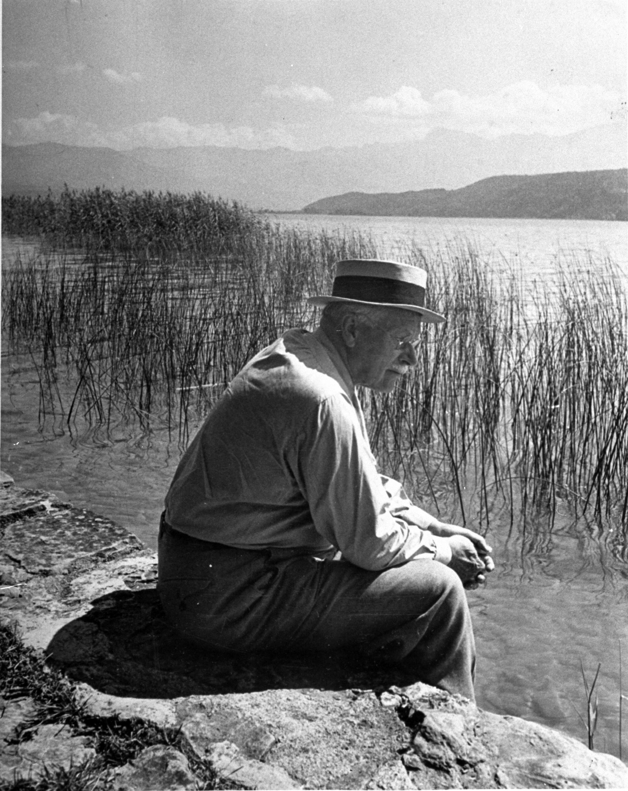 Carl Jung, en la orilla del lago Zúrich en 1949.