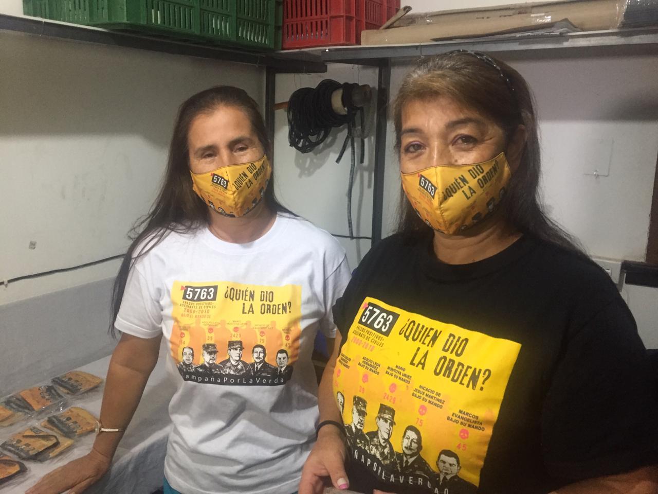 """Los familiares de víctimas de ejecuciones del Ejército en Colombia celebran la detención de Uribe: """"Es el mejor día de nuestras vidas"""""""